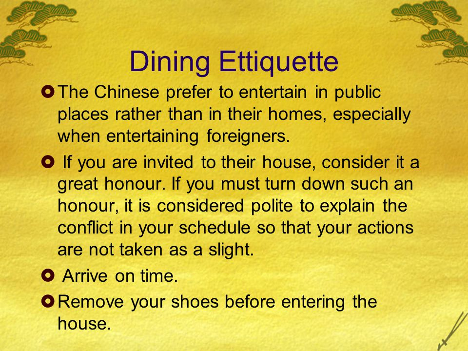  Bring a small gift to the hostess. Eat well to demonstrate that you are enjoying the food.