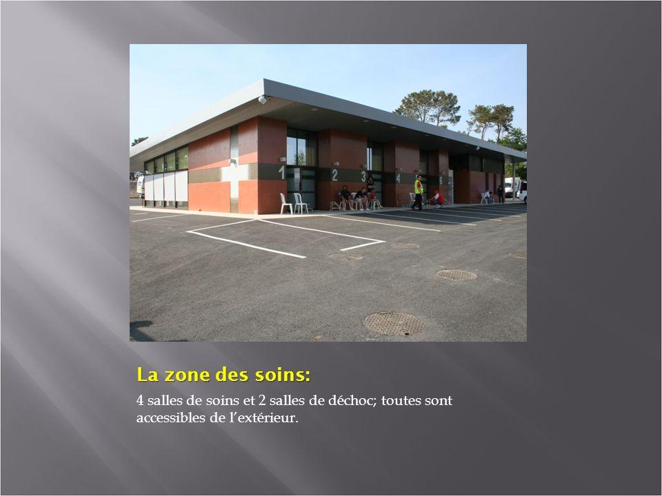 La zone des soins: 4 salles de soins et 2 salles de déchoc; toutes sont accessibles de l'extérieur.