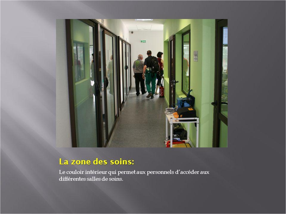 La zone des soins: Le couloir intérieur qui permet aux personnels d'accéder aux différentes salles de soins.