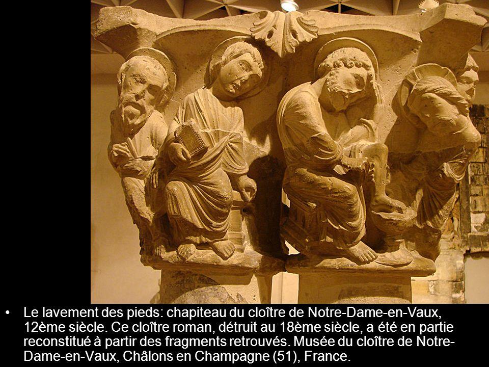Le lavement des pieds: chapiteau du cloître de Notre-Dame-en-Vaux, 12ème siècle.
