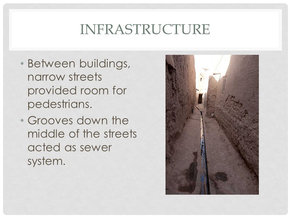 Infrastructure Between buildings, narrow streets provided room for pedestrians.