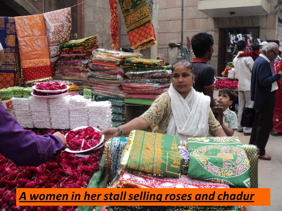 A women in her stall selling roses and chadur