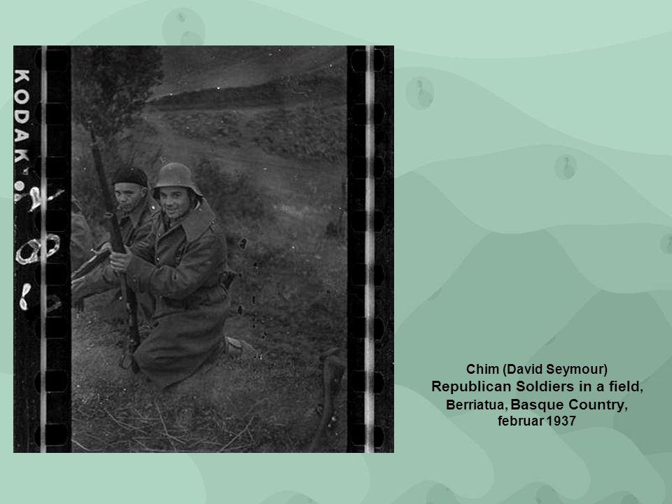Chim (David Seymour) Republican Soldiers in a field, Berriatua, Basque Country, februar 1937