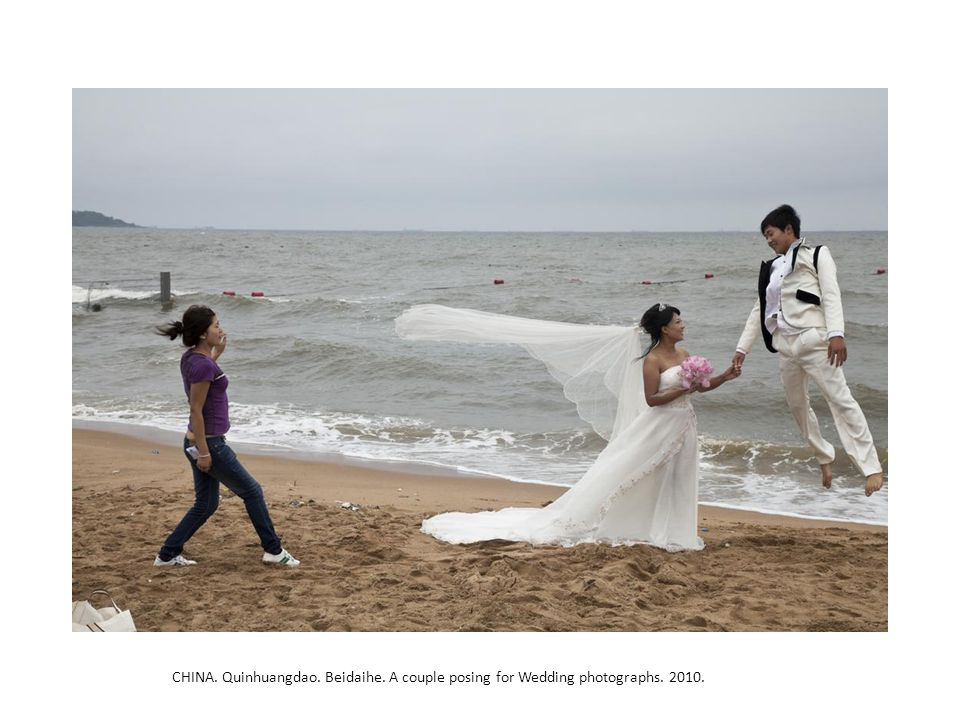 CHINA. Quinhuangdao. Beidaihe. A couple posing for Wedding photographs