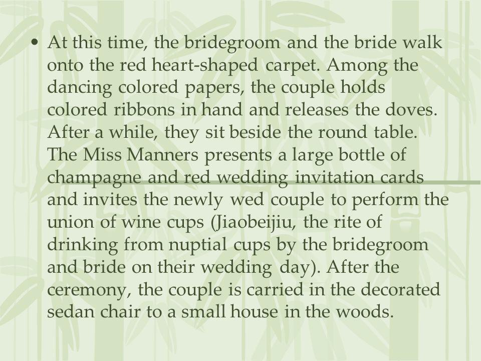 At this time, the bridegroom and the bride walk onto the red heart-shaped carpet.