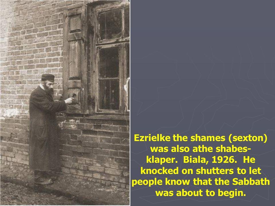 Ezrielke the shames (sexton) was also athe shabes-klaper. Biala, 1926
