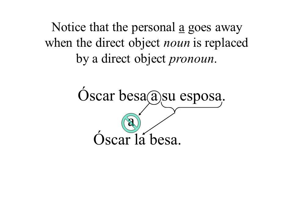 Óscar besa a su esposa. a Óscar la besa.