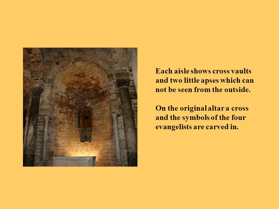 Each aisle shows cross vaults and two little apses which can not be seen from the outside.
