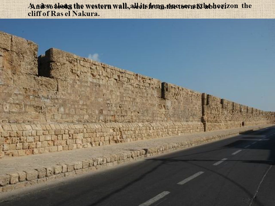 A view along the western wall, all its long, one see at the horizon the cliff of Ras el Nakura.