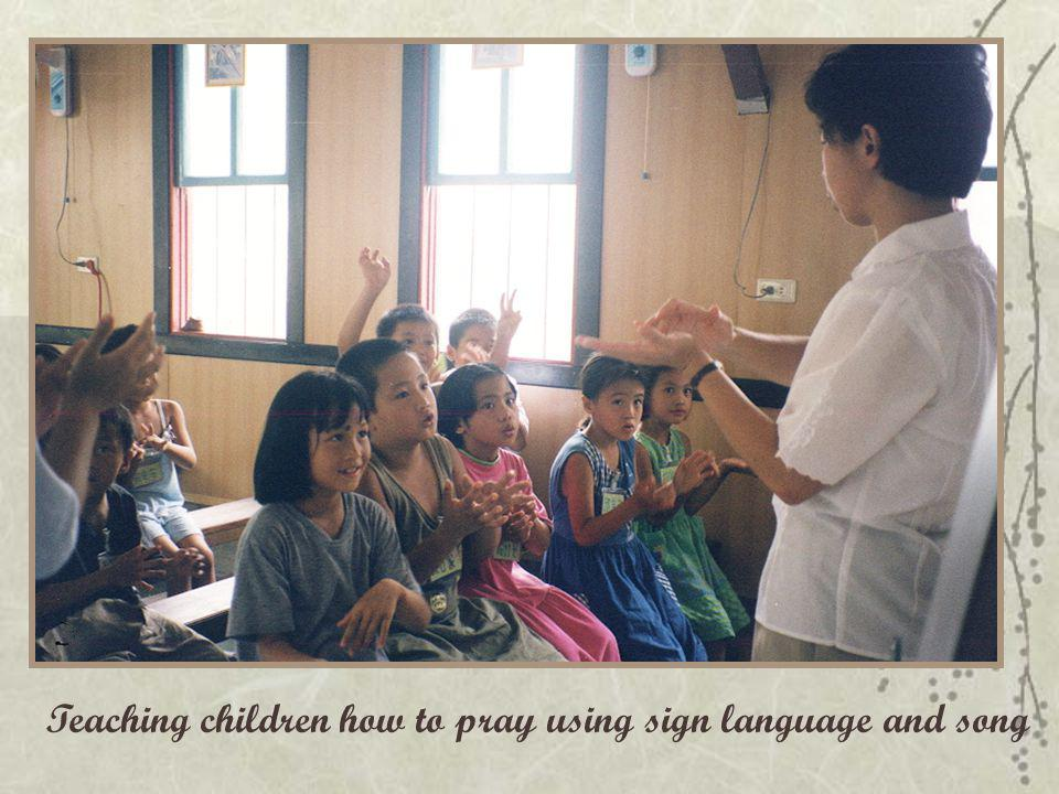 Teaching children how to pray using sign language and song