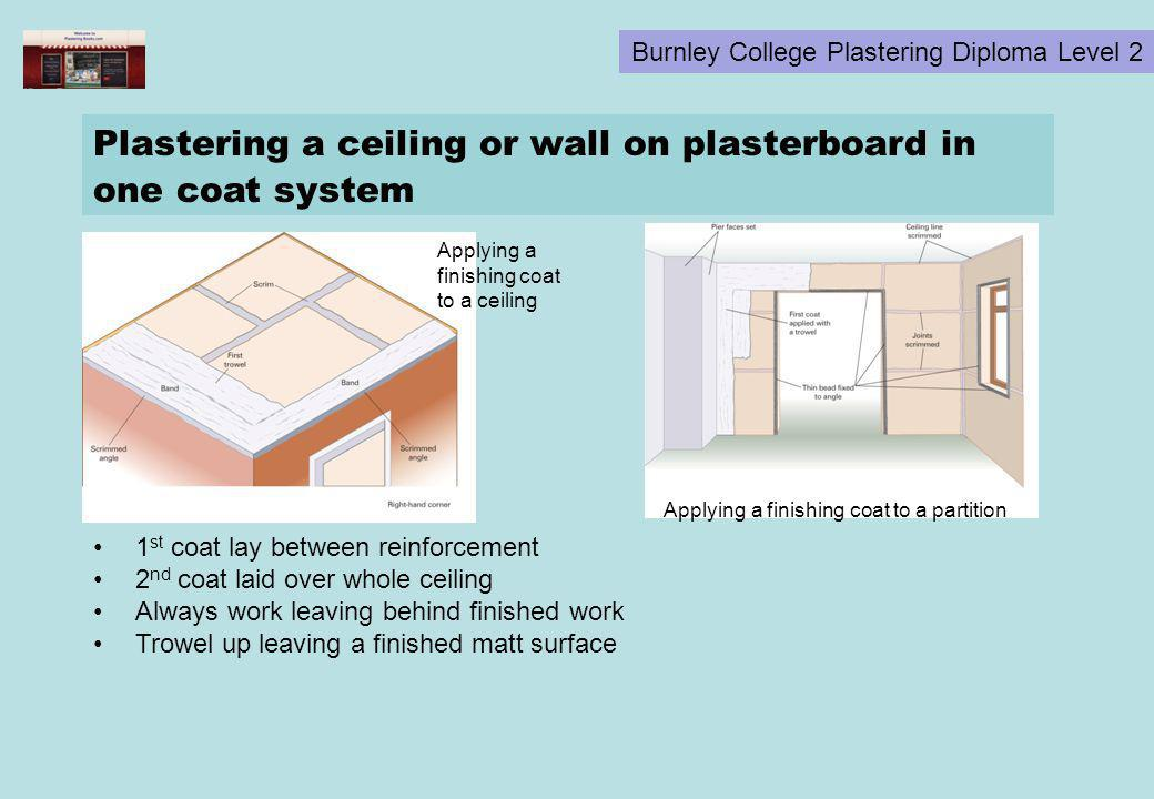 Plastering a ceiling or wall on plasterboard in one coat system