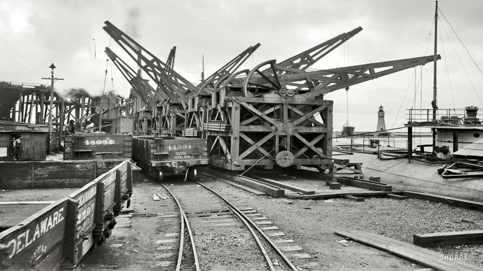 1901 | Buffalo, New York. Unloading ore from whaleback carrier