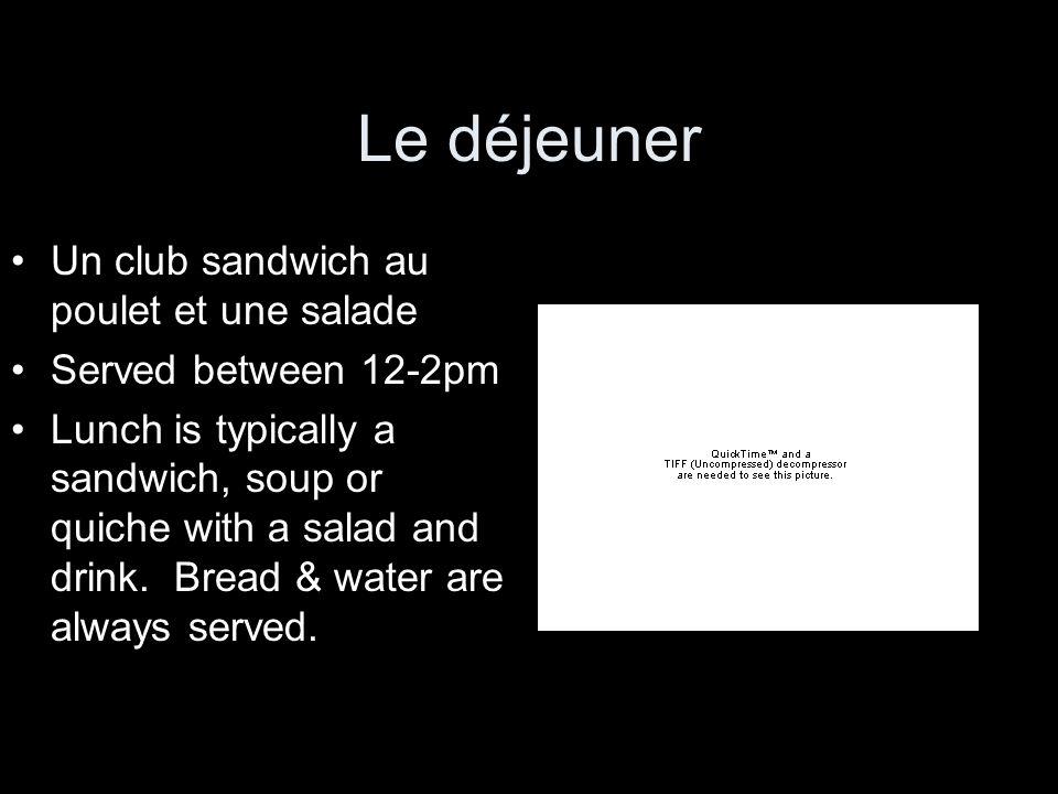 Le déjeuner Un club sandwich au poulet et une salade