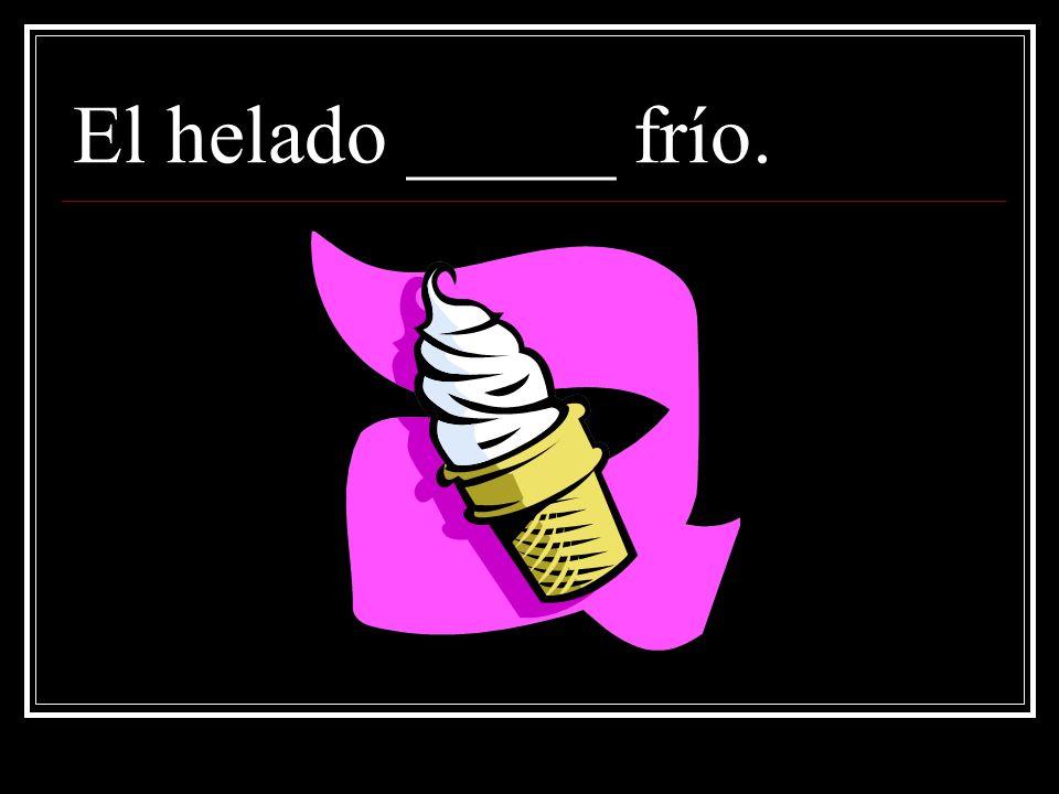 El helado _____ frío.