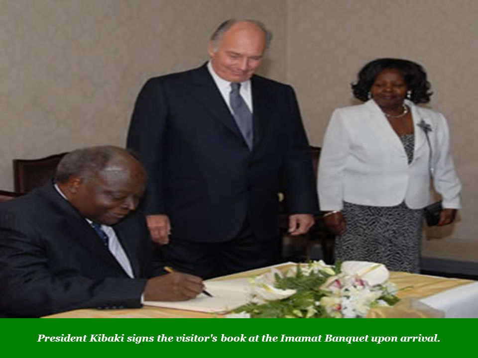 President Kibaki signs the visitor s book at the Imamat Banquet upon arrival.