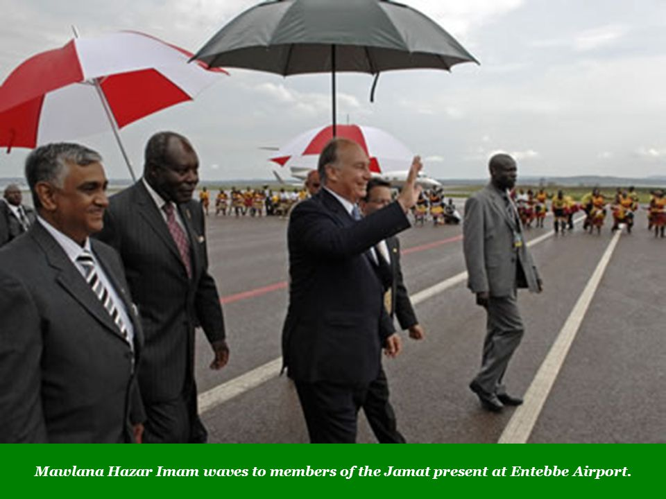 Mawlana Hazar Imam waves to members of the Jamat present at Entebbe Airport.