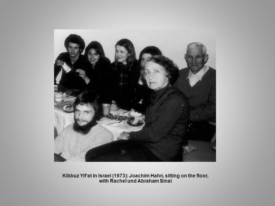 Kibbuz Yif'at in Israel (1973): Joachim Hahn, sitting on the floor,