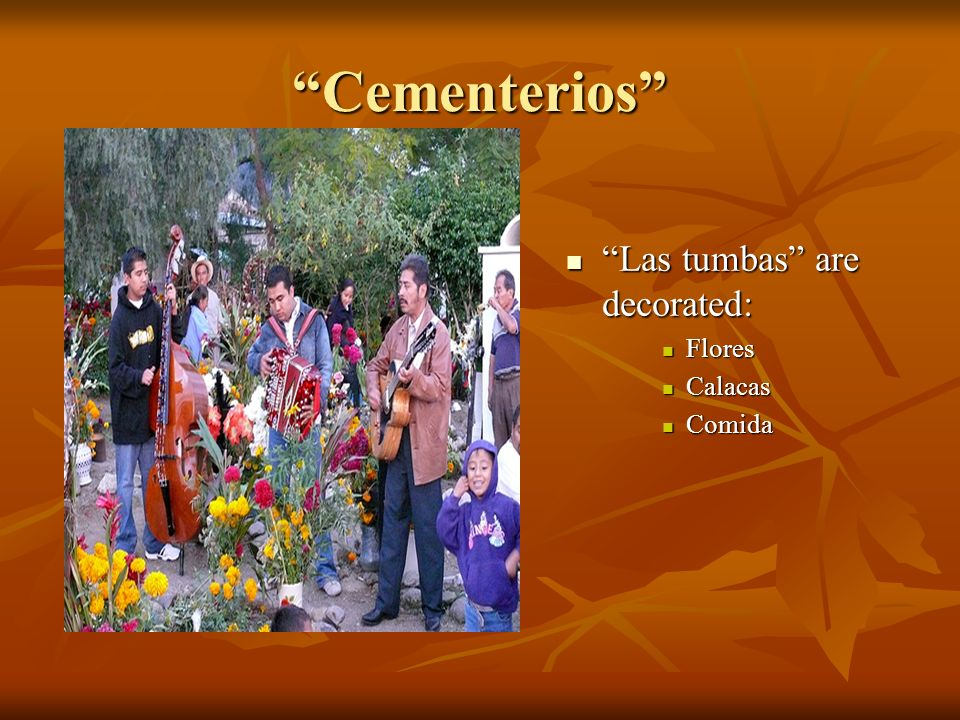Cementerios Las tumbas are decorated: Flores Calacas Comida