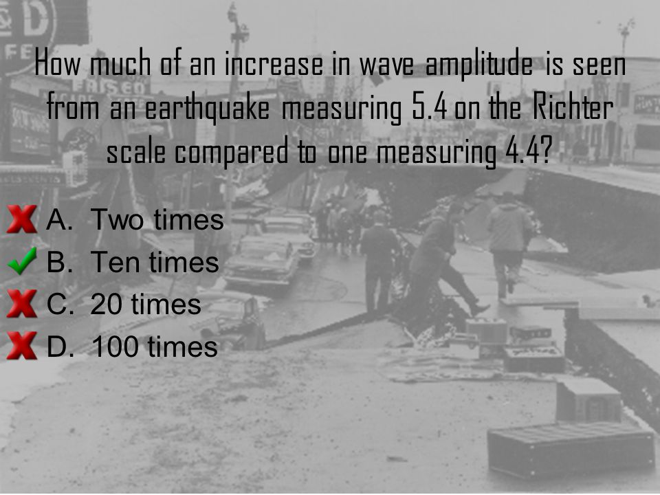 How much of an increase in wave amplitude is seen from an earthquake measuring 5.4 on the Richter scale compared to one measuring 4.4