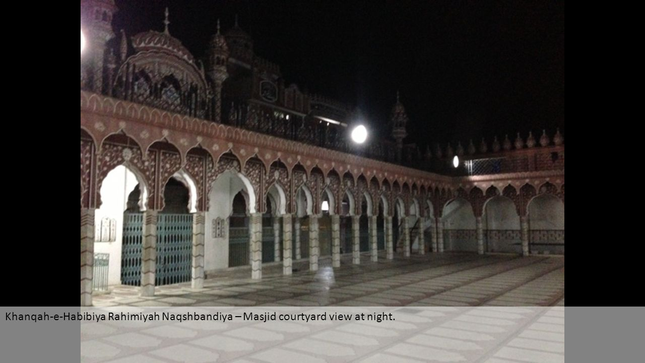Khanqah-e-Habibiya Rahimiyah Naqshbandiya – Masjid courtyard view at night.