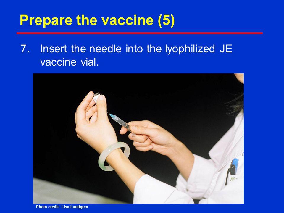 Prepare the vaccine (5) Insert the needle into the lyophilized JE vaccine vial.
