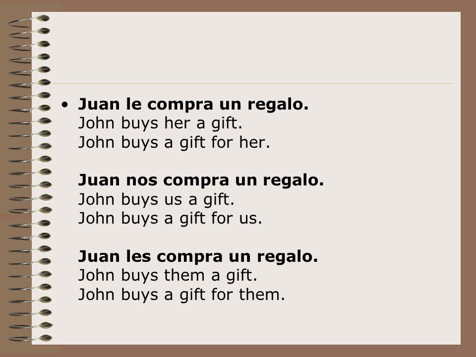 Juan le compra un regalo. John buys her a gift