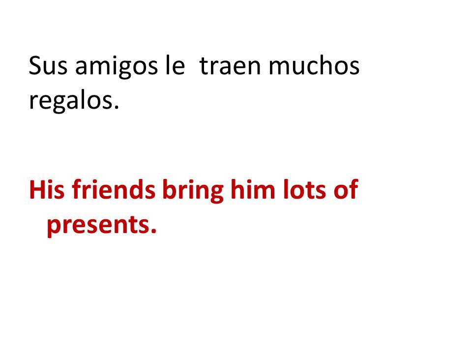 Sus amigos le traen muchos regalos.