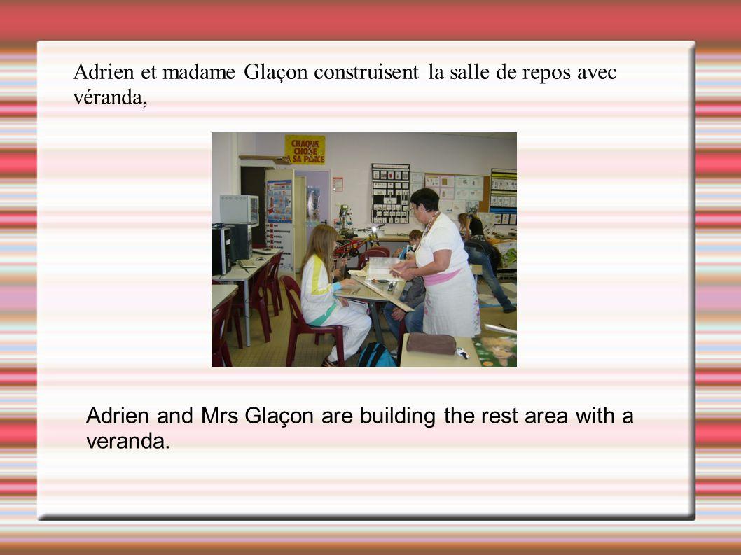Adrien et madame Glaçon construisent la salle de repos avec véranda,