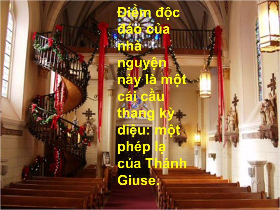 Điểm độc đáo của nhà nguyện này là một cái cầu thang kỳ diệu: một phép lạ của Thánh Giuse.