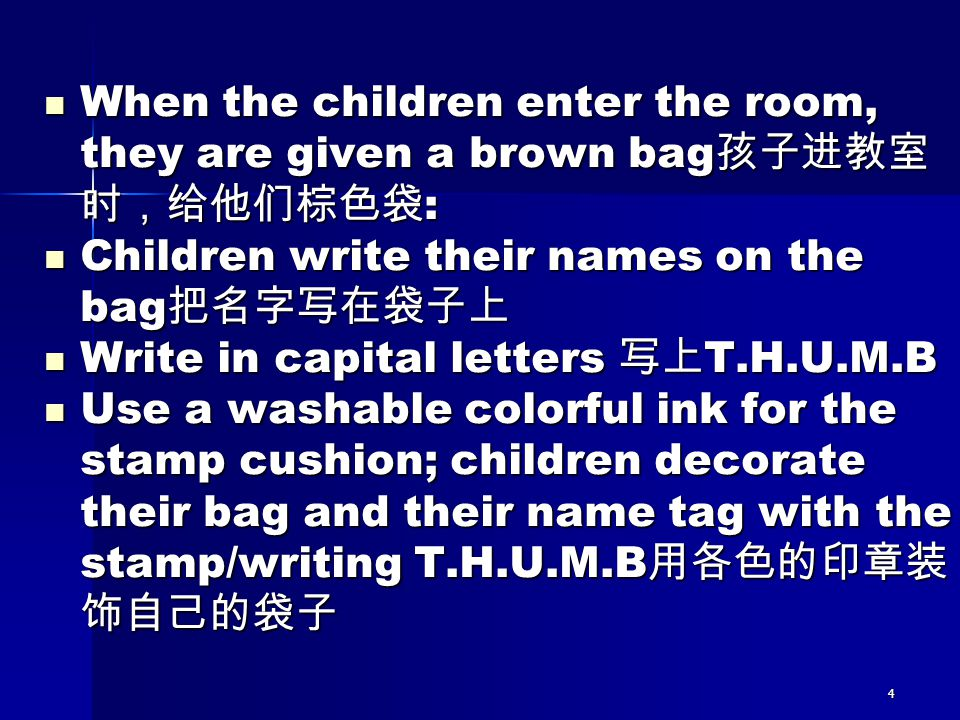 Children write their names on the bag把名字写在袋子上