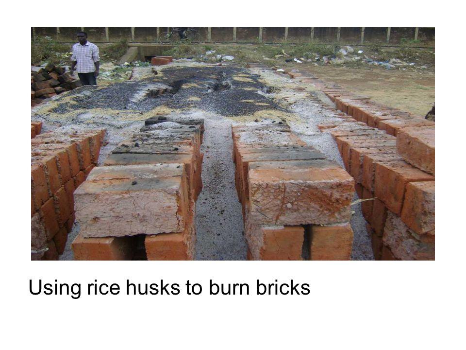 Using rice husks to burn bricks