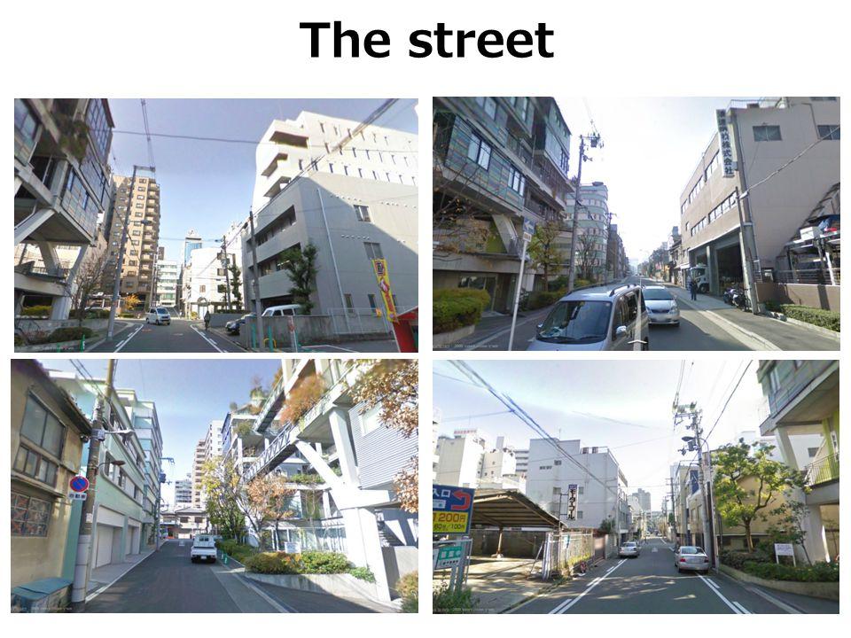 The street מסביב לאתר מספר בנייני מגורים בעלי מספר קומות משתנה, וכן כמה בתי ספר.