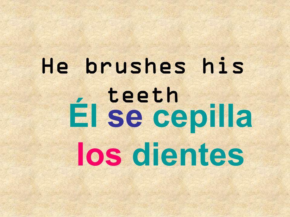 Él se cepilla los dientes