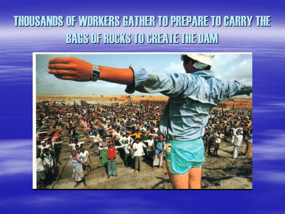 THOUSANDS OF WORKERS GATHER TO PREPARE TO CARRY THE BAGS OF ROCKS TO CREATE THE DAM