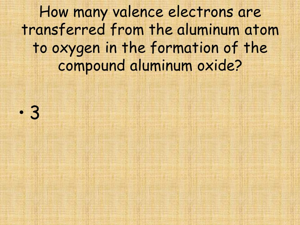 How many valence electrons are transferred from the aluminum atom to oxygen in the formation of the compound aluminum oxide
