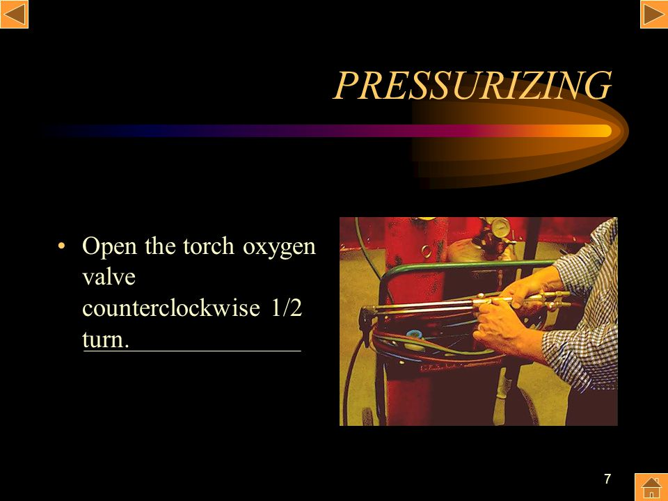 PRESSURIZING Open the torch oxygen valve counterclockwise 1/2 turn.