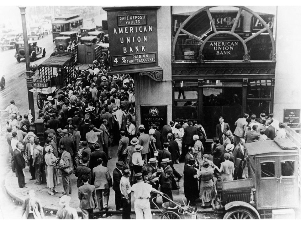 fig21_03.jpg Page 814: A run on a bank: crowds of people wait outside a New York City bank, hoping to withdraw their money.