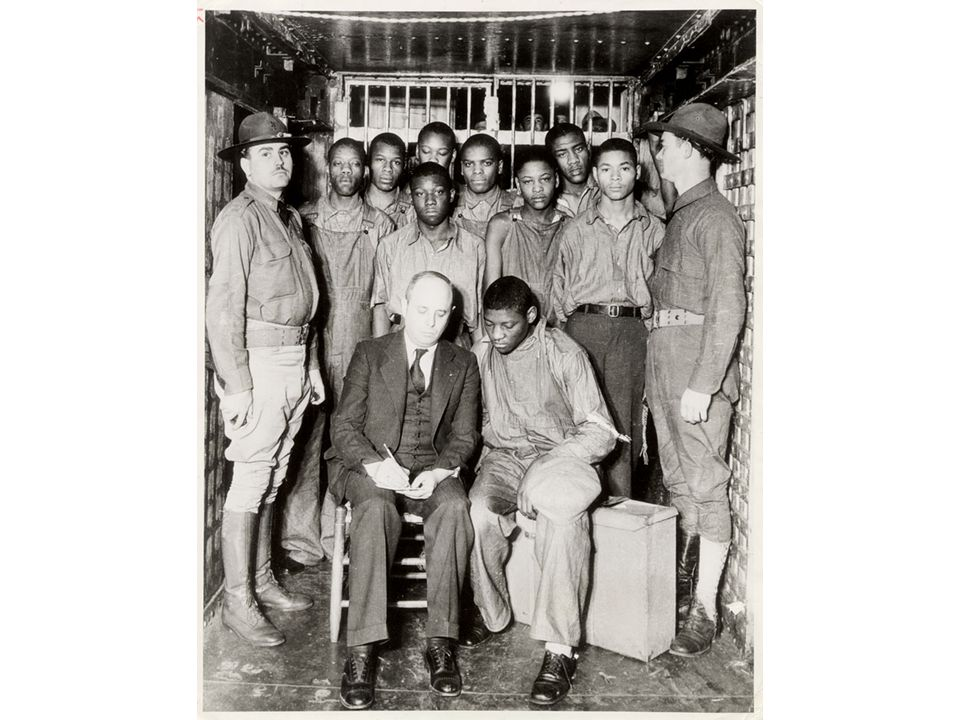 fig21_25.jpg Page 843: The Scottsboro boys, flanked by two prison guards, with their lawyer, Samuel Liebowitz.